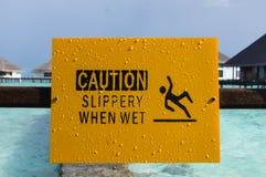 Die Zeichen Vorsicht, glatt, wenn naß Stockbilder