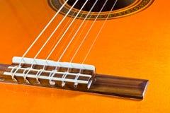 Die Zeichenketten einer klassischen Gitarre Lizenzfreies Stockbild