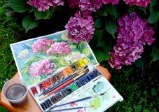 Die Zeichnung blühenden Hortensien, die Wasserfarbfarben und die Blumen in einem Garten Stockfotos