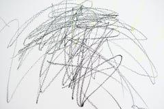 Die Zeichnung des Babys mit Zeichenstiftfarbe auf der Wand Arbeiten des Kindes Abstrakter Skizzehintergrund Lizenzfreie Stockfotografie
