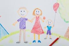 Die Zeichnung des Kindes des Vatis und des Sohns der Mutter auf dem Hintergrund von einem hous Stockfotografie
