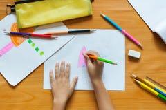 Die Zeichnung und die Malerei der Kinder stockfoto