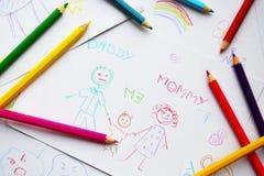Die Zeichnungen und die farbigen Bleistifte des Kindes Stockbilder