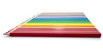 Die Zeile der hellen verschiedenen farbigen Bleistifte Stockfotos