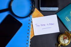 Die Zeit wird jetzt auf Papier geschrieben Lupe, Kompass, Smartphone lizenzfreie stockfotos