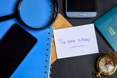 Die Zeit wird jetzt auf Papier geschrieben Lupe, Kompass, Smartphone stockfotografie