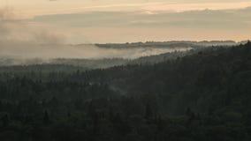 Die Zeitspanne des Nebels steigend über ein Tal als der Sun stellt ein stock video