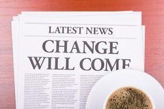Die Zeitung ÄNDERUNG KOMMT und Kaffee Lizenzfreies Stockbild
