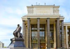 Die zentrale Bibliothek eines Namens von Lenin und von monum lizenzfreie stockfotografie