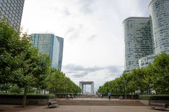 Die zentrale Esplanade an der La-Verteidigung in Paris Stockbild
