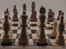 Die zentralen Kräfte der weißen Stücke gegen die schwarzen Stücke lizenzfreies stockfoto