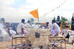 Die Zeremonie des auslaufenden Goldes Buddha sind Gebrauch ist flüssiges Metall wird gegossen in ein Sandförmchenaluminium zum We lizenzfreies stockbild