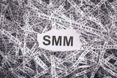Die zerrissene Nahaufnahme bessert und Bänder des Papiers mit dem Wort SMM aus Stockbild