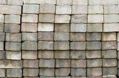 Die Ziegelsteinblockoberfläche wird gegen gestapelt Stockbild