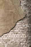 Die Ziegelsteine weiß und ein Stück zerbröckelnder Gips Stockfotos