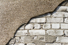 Die Ziegelsteine weiß und ein Stück zerbröckelnder Gips Stockfoto