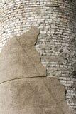 Die Ziegelsteine weiß und ein Stück zerbröckelnder Gips Stockbild