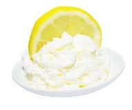 Die Zitrone, die eingeschnitten wurde, peitschte Sahne Stockfotos
