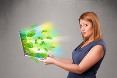 Die zufällige Frau, die Notizbuch mit hält, bereiten und Klima-sym auf Lizenzfreies Stockfoto