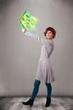 Die zufällige Frau, die Notizbuch mit hält, bereiten und Klima-sym auf Stockfotografie