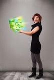 Die zufällige Frau, die Notizbuch mit hält, bereiten und Klima-sym auf Stockbild