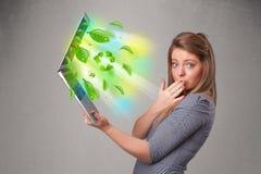 Die zufällige Frau, die Notizbuch mit hält, bereiten und Klima-sym auf Stockfotos