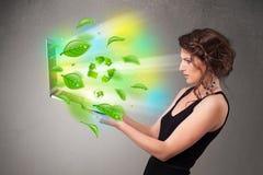 Die zufällige Frau, die Notizbuch mit hält, bereiten und Klima-sym auf Stockfoto