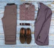 Die zufälligen Ausstattungen der Männer für Mannkleidungssatz mit Schuhen, Hose, Hemd auf hölzernem Hintergrund, Draufsicht lizenzfreie stockbilder
