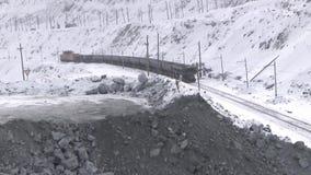Die Zugdurchläufe durch den Steinbruch stock video