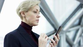 Die zuk?nftige Verbindung von Leuten durch ein Hologramm, eine Kommunikation und ein Senden von wichtigen Dateien, die Gesch?ftsd stock video footage