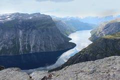 Die Zunge der Schleppangel (norw Trolltunga) ist einer der populären Anblickplätze in Norwegen Lizenzfreie Stockbilder