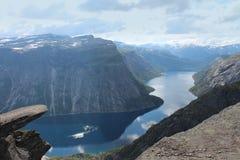 Die Zunge der Schleppangel (norw Trolltunga) ist einer der populären Anblickplätze in Norwegen Stockbild