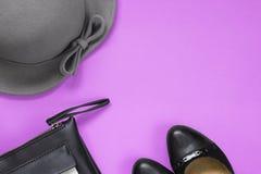 Die Zusätze der Frau für Herbst Schwarzer lederner Geldbeutel, schwarze Schuhe und grauer Hut Kopieren Sie Raum für Text stockfoto
