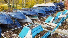 Die Zusammensetzung der Boote im Herbst Viele Boote auf Lager Stockfoto