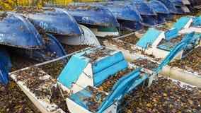 Die Zusammensetzung der Boote im Herbst Viele Boote auf Lager Stockfotos