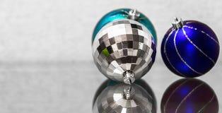 Die Zusammensetzung von Blau und Silber Weihnachtsbällen Stockfoto