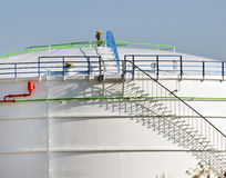 Die Zusammensetzung von Linien und von Schatten und Gegenstände im Behälter für Öl und Benzin mit Treppe Lizenzfreies Stockbild