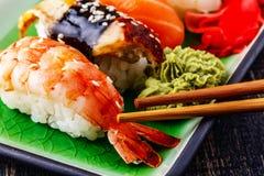 Die Zusammensetzung von nigiri Sushi mit Garnele, Aal, Lachs, Butte Lizenzfreie Stockfotos