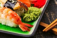 Die Zusammensetzung von nigiri Sushi mit Garnele, Aal, Lachs, Butterfisch auf Reis Stockfotografie