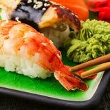 Die Zusammensetzung von nigiri Sushi mit Garnele, Aal, Lachs, Butterfisch auf Reis Lizenzfreie Stockfotografie