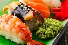 Die Zusammensetzung von nigiri Sushi mit Garnele, Aal, Lachs, Butterfisch auf Reis Stockfotos