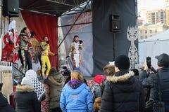 Die Zuschauer in der Leistung des vernehmbaren weiblichen Trios in multi- Lizenzfreies Stockbild