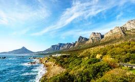 Die zwölf Apostel, der die Ozeanseite des Tafelbergs ist, die Strandgemeinschaft von Lagern bellen und Löwehauptberg stockbild
