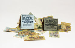 Die zwei Einsparungensbücher werden auf die Rechnungen Sowjetrubel zerstreut Stockfoto