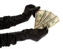 Die zwei Hände der Frauen in den schwarzen Handschuhen, die $ 400 halten Stockfotos
