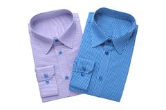 Die zwei Hemden der Modemänner, lokalisiert auf Weiß stockfotografie