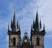 Die zwei Kontrolltürme unserer Dame Cathedral in Prag. Lizenzfreies Stockbild