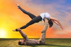 die zwei leute die yoga bungen tun stockfoto bild 67191672. Black Bedroom Furniture Sets. Home Design Ideas