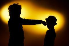 Die zwei Schattenbilder des ausdrucksvollen Jungen, die Gefühle unter Verwendung des gesticu zeigen lizenzfreie stockbilder