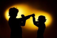 Die zwei Schattenbilder des ausdrucksvollen Jungen, die Gefühle unter Verwendung des gesticu zeigen lizenzfreies stockfoto